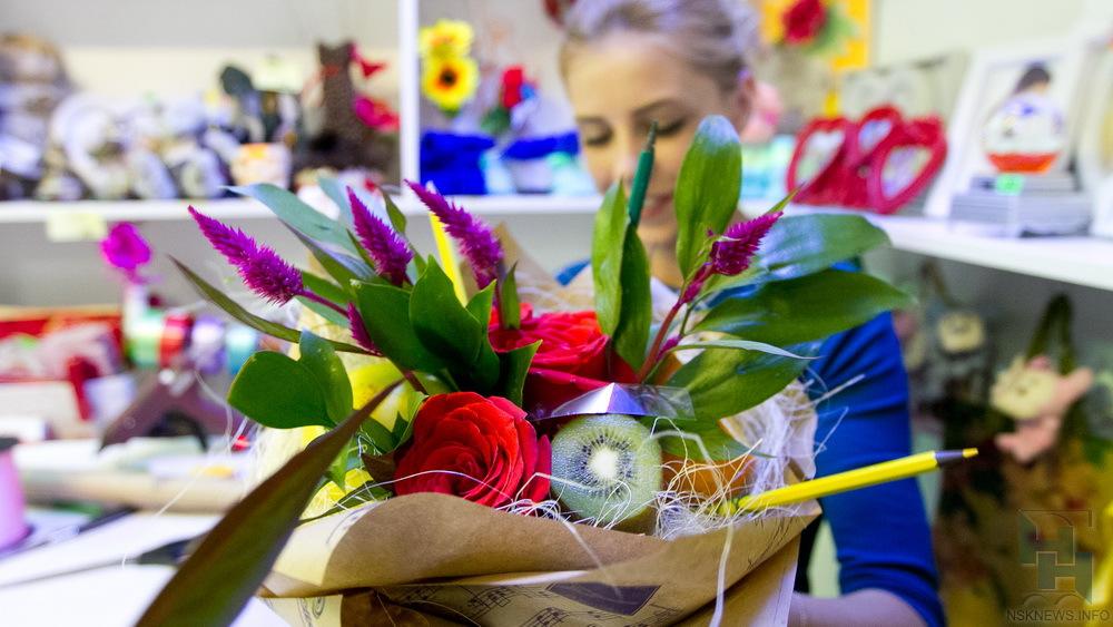 Букет к1сентября: охапка красных роз иполевые цветы неуместны