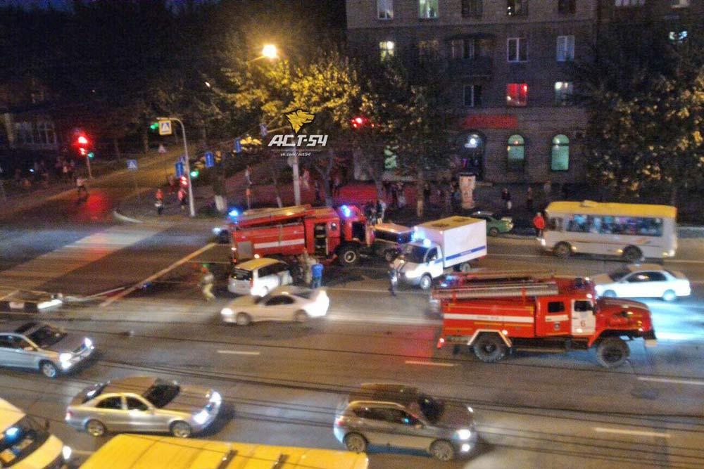 Пожарная машина столкнулась слегковушками вНовосибирске