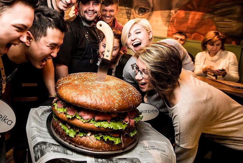 Вновосибирском баре приготовили 13-килограммовый бургер