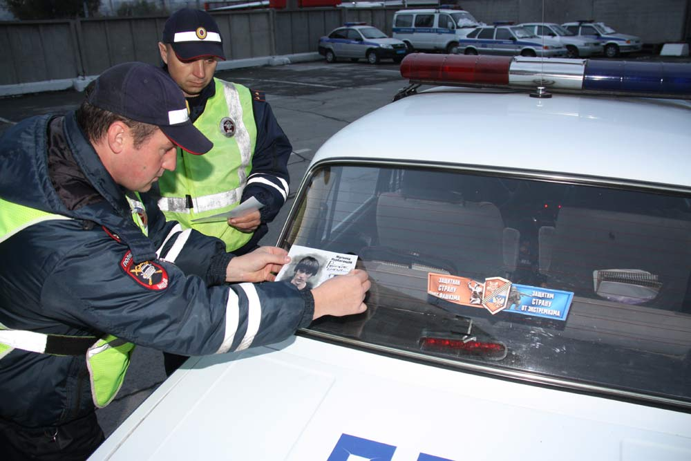 Полицейские Новосибирска клеят наслужебные автомобили портрет Героя Российской Федерации
