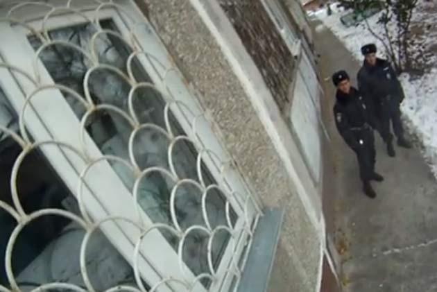 Cотрудники экстренных служб взломали окно ивызволили пенсионерку, которой стало плохо