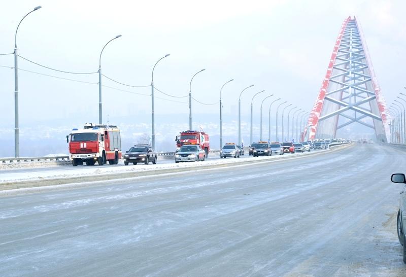 Сотня водителей проехала поБугринскому мосту впамять опогибших вавариях