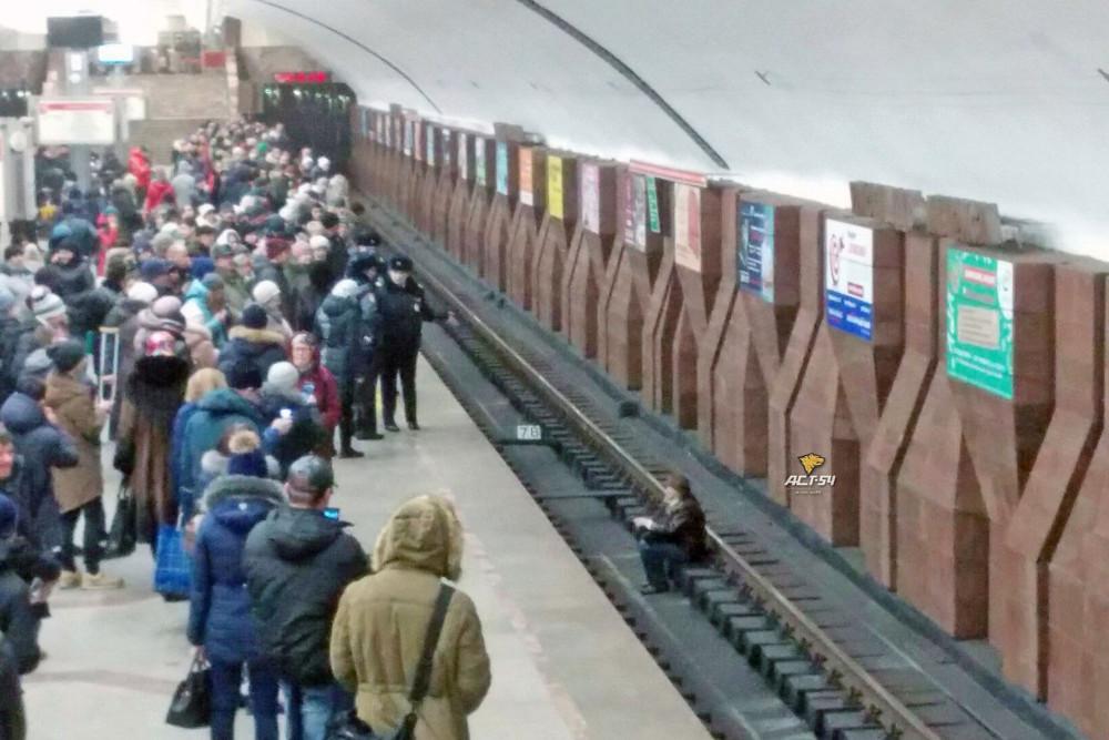 Новосибирец упал нарельсы настанции метро «Площадь Маркса»
