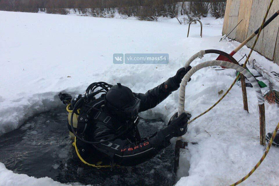Прыгнувший после бани впрорубь мужчина пропал подо льдом