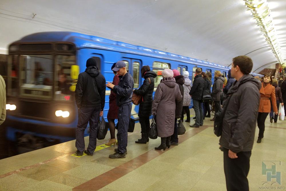 ВНовосибирске закрыли станцию метро из-за падения человека нарельсы