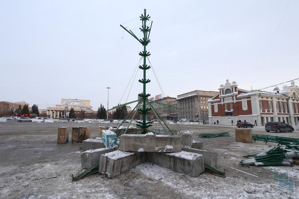Наплощади Ленина начали строить ледовый городок