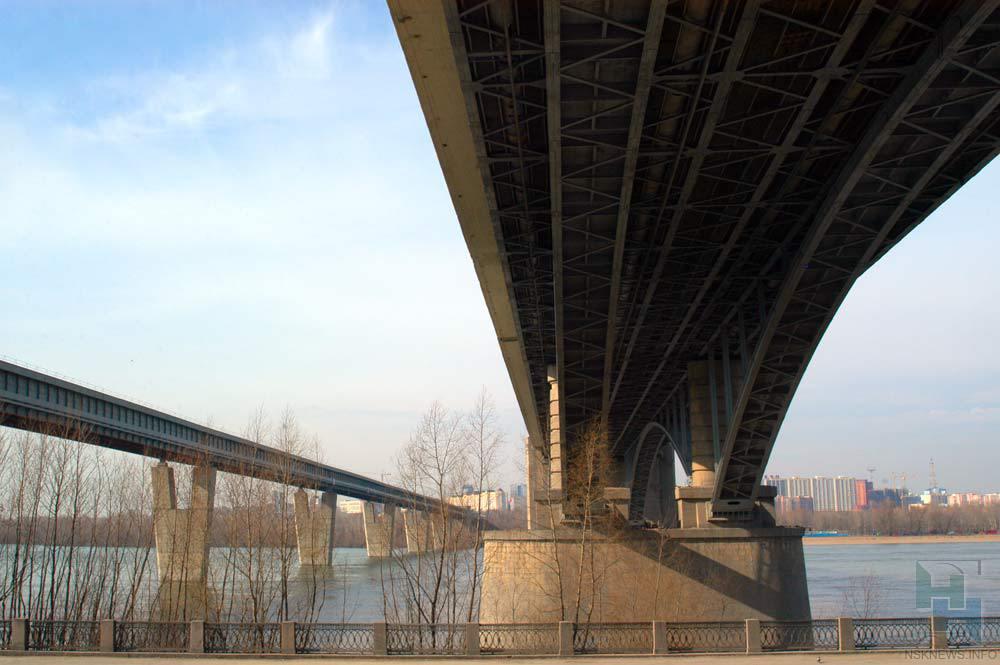 Новосибирские cотрудники экстренных служб сняли сКоммунального моста мертвого молодого человека