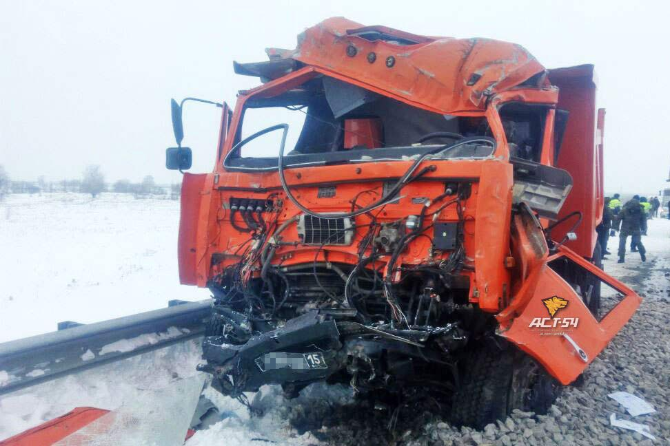 Легковушка, два КАМАЗа ифура попали вДТП наобъездной Новосибирска