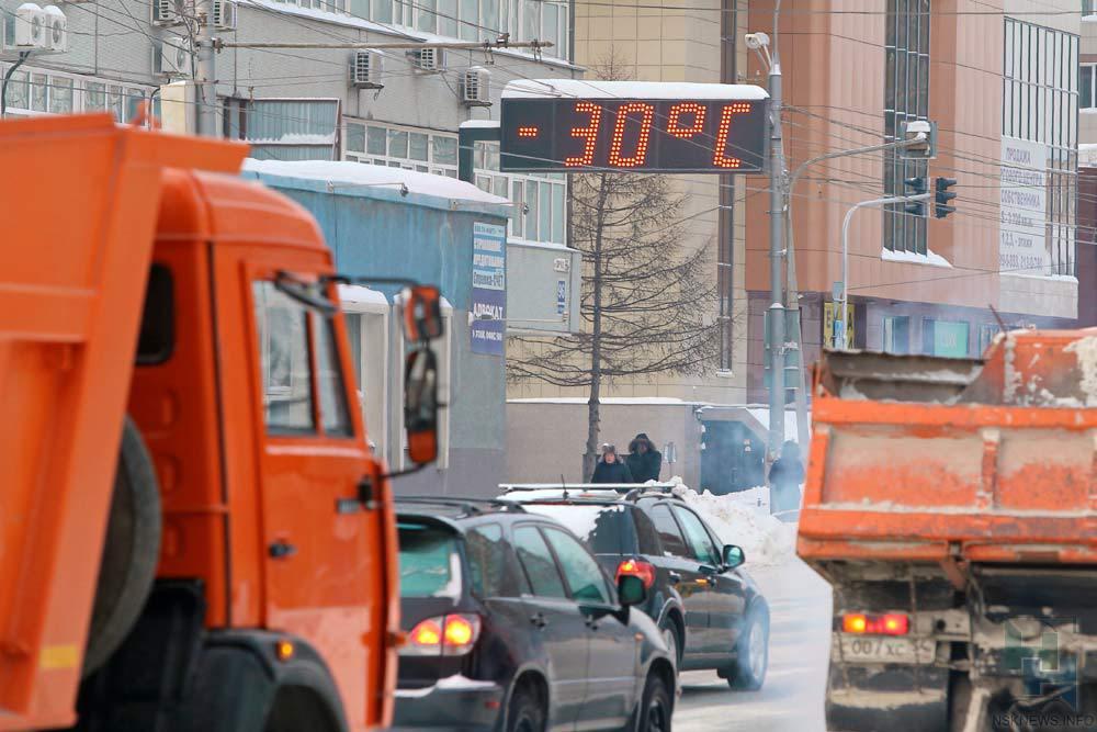 Вцентре Новосибирска ребёнок оказался на1,5 часа запертым вмашине