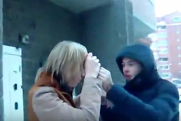 ВНовосибирске подростки напали на молодого человека иотрезали ему волосы ножом