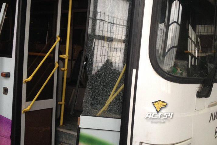 Неизвестные обстреляли автобус около станции метро «Заельцовская» вНовосибирске