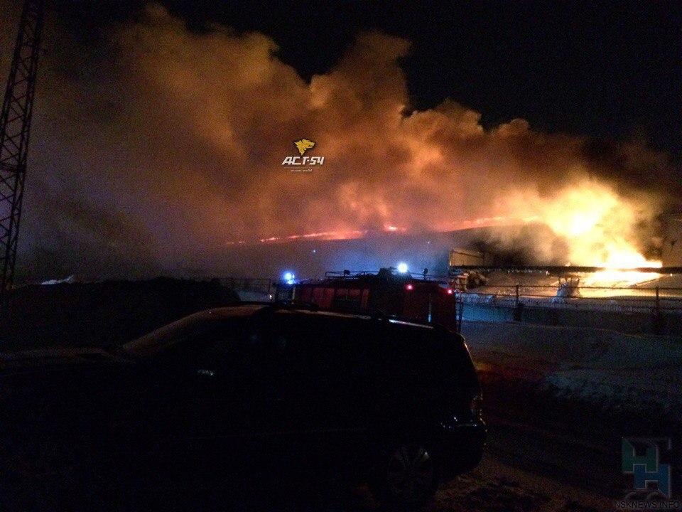 Новосибирские пожарные вынесли изгоревшего склада газовые баллоны