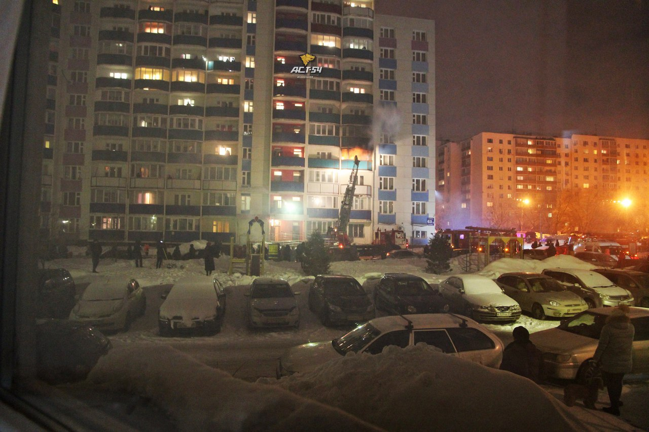 Эвакуировали более 50-ти человек наночном пожаре высотки вНовосибирске