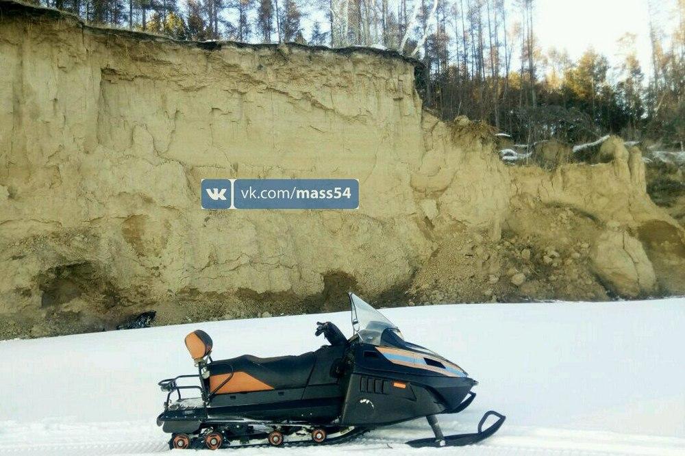 Под Новосибирском 30-летняя женщина сорвалась собрыва наснегоходе ипогибла