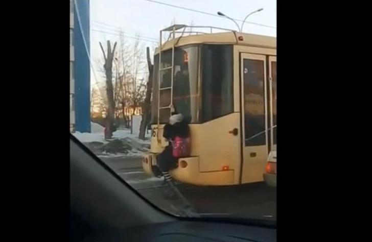 Новосибирцев изумило видео сошкольницей-зацепером итрамваем №13