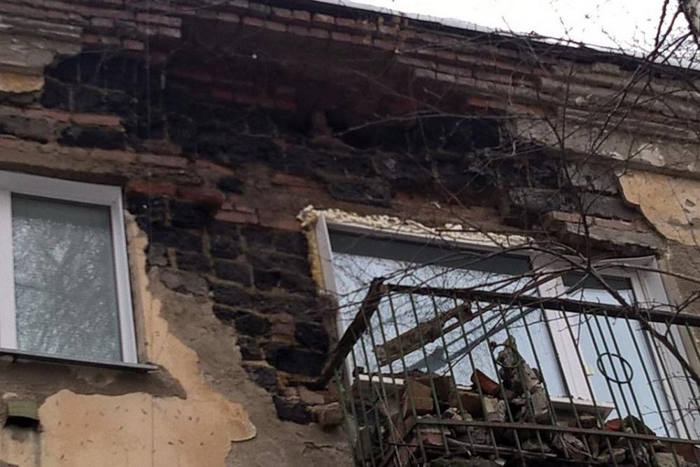 ВНовосибирске стена жилого дома упала набалкон