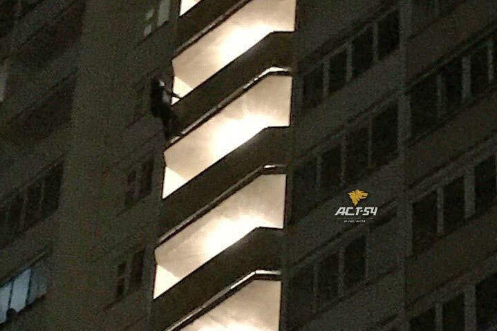 ВНовосибирске женщина повисла набалконе 13 этажа