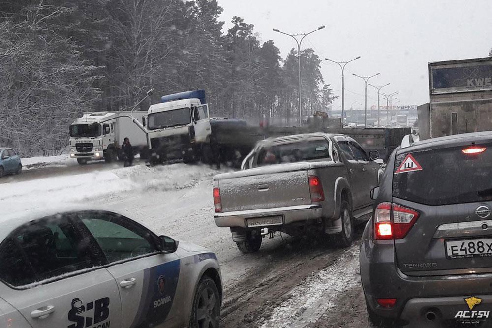 Близ Новосибирска опрокинулся грузовой автомобиль сметаллоломом, движение перекрыто