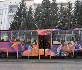 13-й трамвай раскрасили сказочными граффити вНовосибирске